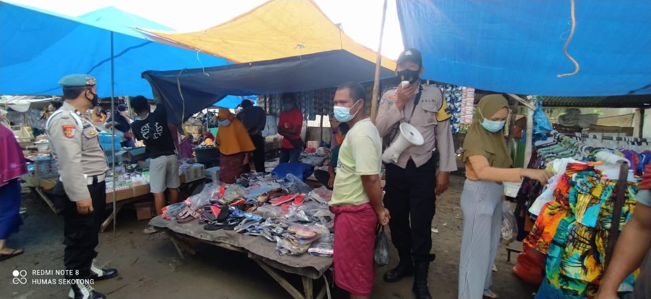 Polsek Sekotong Grebeg Pasar, Pantau Perilaku Jual Beli dalam Menerapkan Protokol Kesehatan
