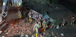 Pasukan Zeni TNI AD Bekerja Tidak Mengenal Lelah Bangun Jembatan Untuk Masyarakat Korban Banjir Bandang Bima