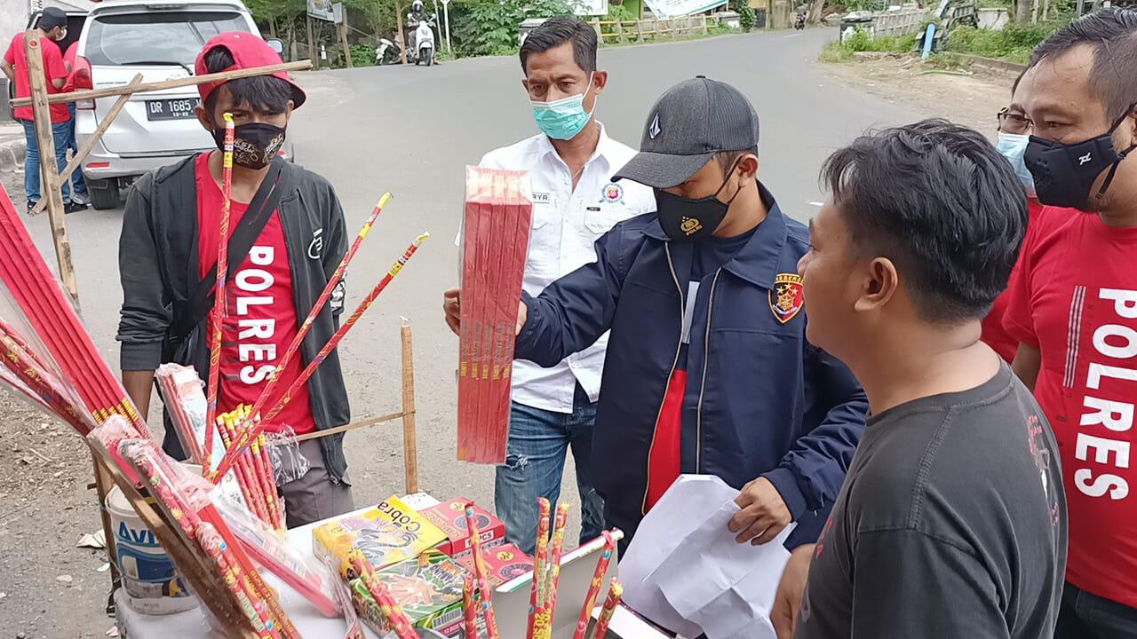 Polres Lobar Razia Penjual Petasan dan Kembang Api di Kediri