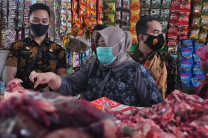Wabup Hj. Sumiatun Pantau Bapok di Pasar Kediri