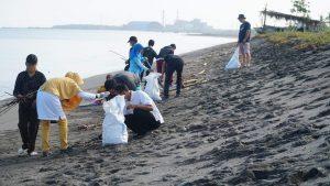 Aksi Bersih-bersih Kawasan Wisata, Sasar Pantai Buncit Lembar