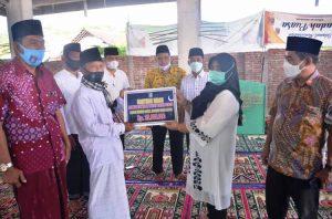 Wakil Bupati Hj. Sumiatun Serahkan Bantuan Hibah Pemkab Lobar