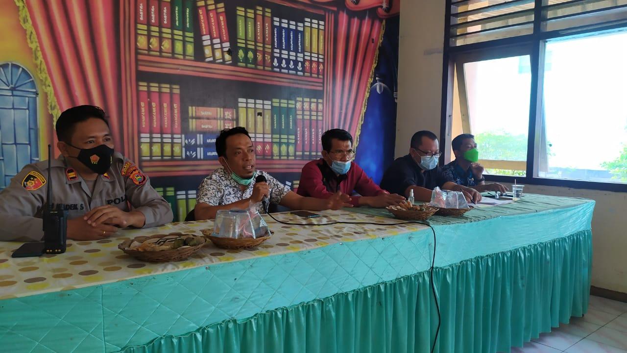 Kadis DPMD Lobar ketika melakukan monitoring pelaksanaan pilkades serentak Lombok Barat di Kecamatan Sekotong.