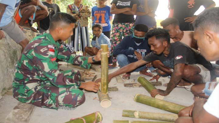 Personel Pos Lakmars Ajarkan Kerajinan Kursi Meja Bambu