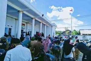 Warga Desa Kedaro Dan Desa Taman Baru Serbu Kantor Desa